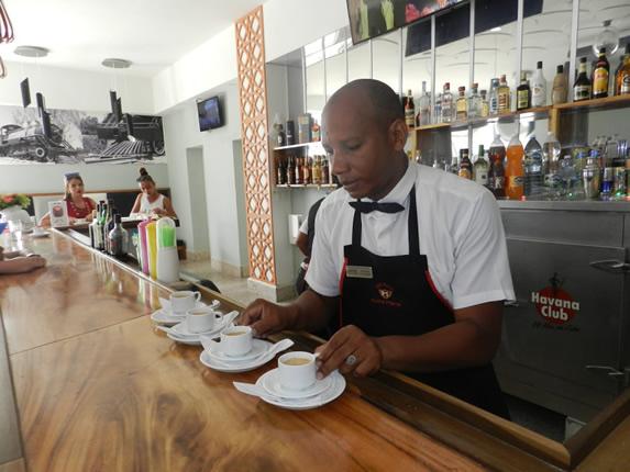 camarero preparando café en la barra