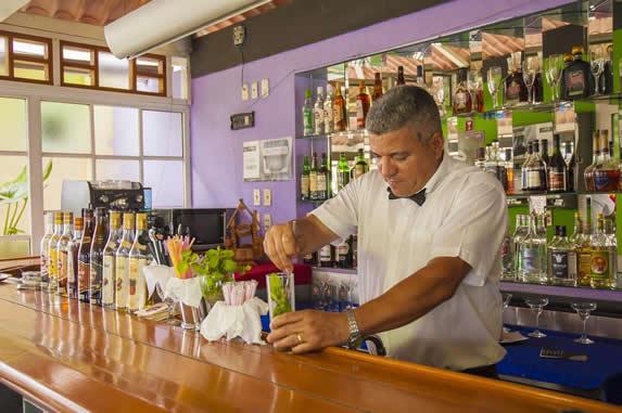 camarero preparando bebida en la barra