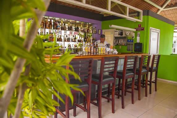 bar con barra de madera y sillas altas