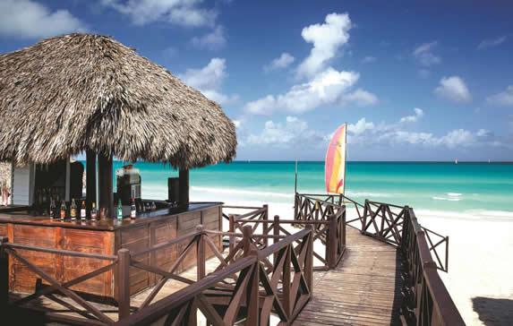 chiringuito de madera y techo de guano en la playa