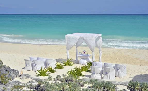 altar de bodas en la playa