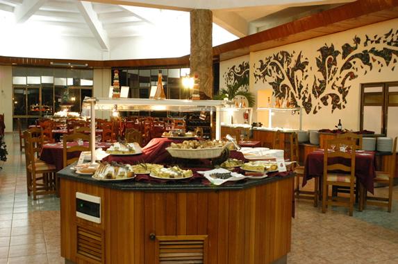 restaurante buffet con mobiliario de madera
