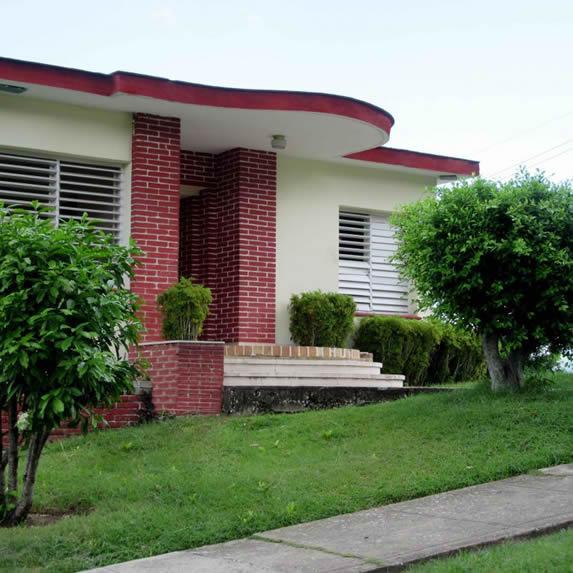 fachada de casa con jardín