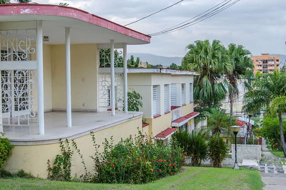 fachada de casa rodeada de plantas