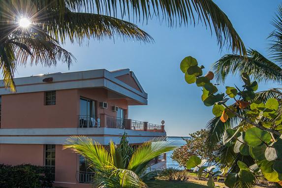 vista exterior de bungalow de dos pisos
