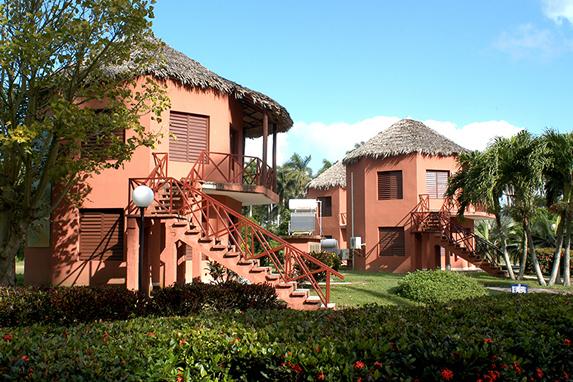 bungalows con techo de guano y vegetación