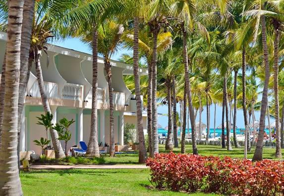 bungalow de dos pisos con balcones y vista al mar