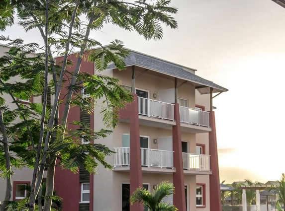 bungalow de tres pisos con balcones