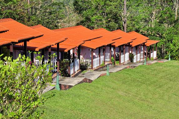 bungalows con techo de tejas rojas