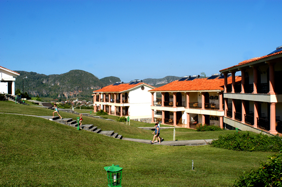 bungalows de dos pisos con montañas al fondo