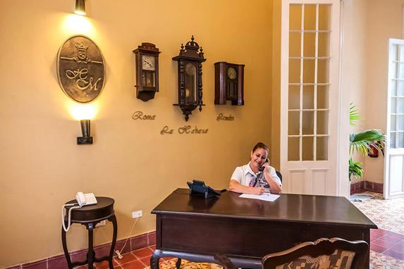 recepcionista en el buró de madera del lobby