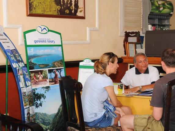 turistas en el buró de turismo del hotel