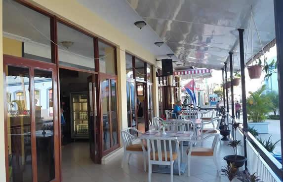cafetería al aire libre con mobiliario blanco
