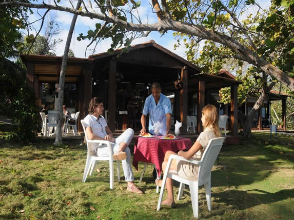 turistas en la cafetería al aire libre del hotel