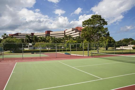 Cancha de tenis en el hotel Occidental Miramar