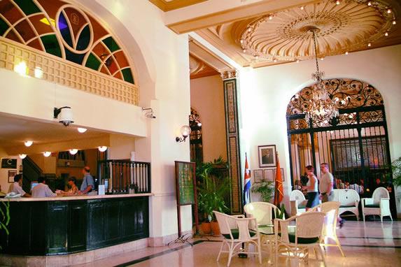 Vista del lobby y recepción del hotel