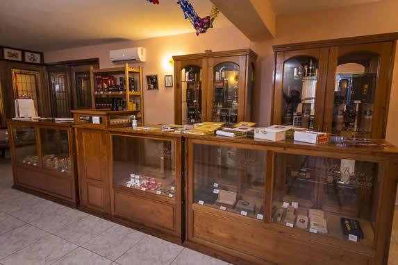 casa del habano con vitrinas llenas de tabaco