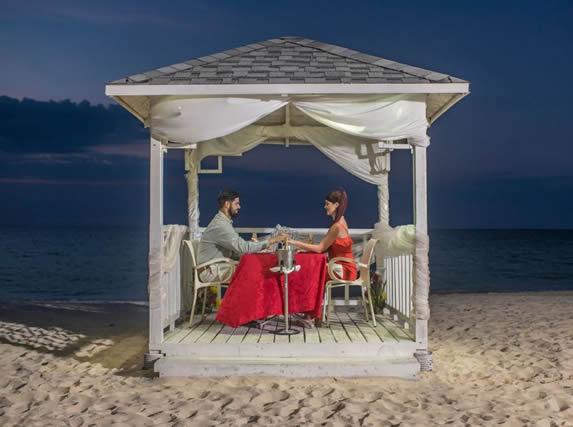 turistas cenando en la playa en la noche
