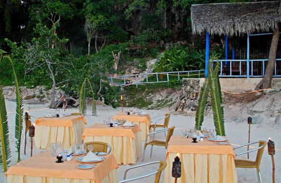 restaurante con mesas en la playa