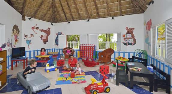 niños jugando en el Club de niños