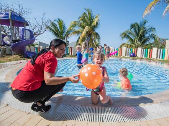 niños jugando en colorida piscina infantil