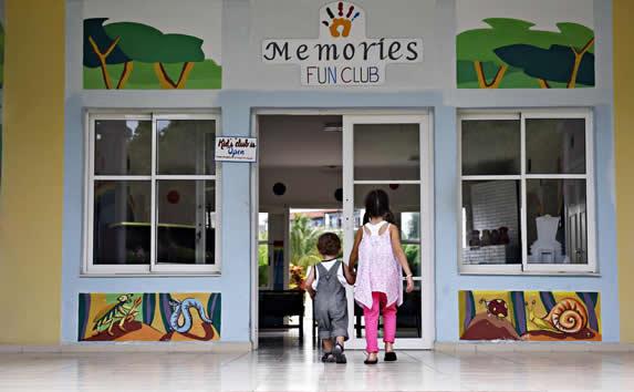 entrada del club de niños con colorido mural