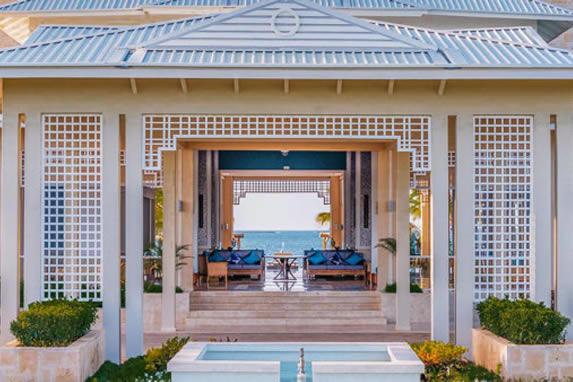 Entrada del hotel con vistas al mar