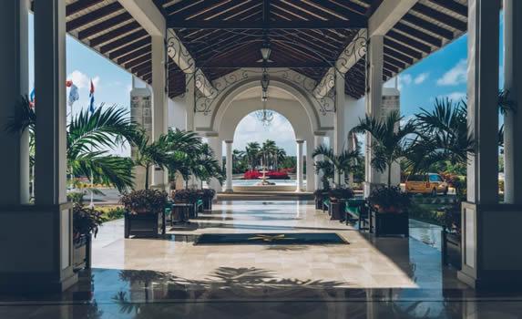 entrada con piso de mármol y plantas decorativas