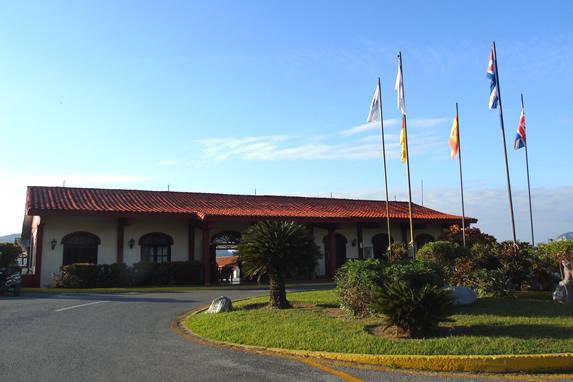 entrada del hotel con techo de teja rojo