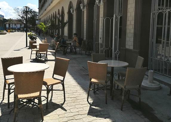 mobiliario exterior a la entrada del hotel