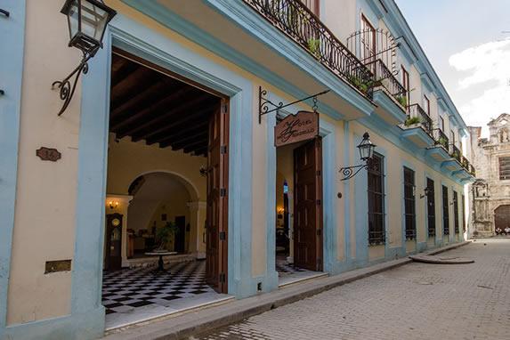 Entrada lateral del hotel Tejadillo