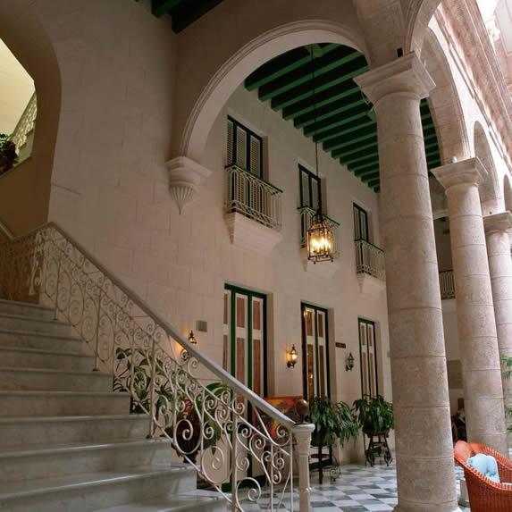 Hermosa escalera de mármol del hotel