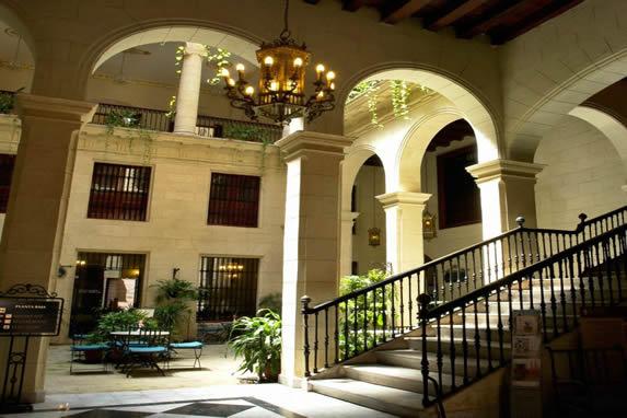 vista de las escaleras de mármol del hotel