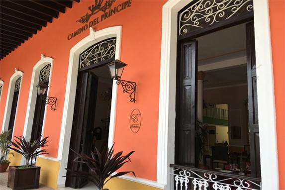 puerta de entrada del hotel