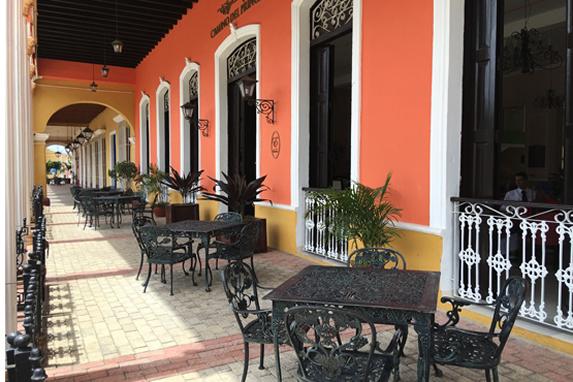 portal a la entrada del hotel con mobiliario