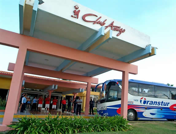fachada del hotel con autobús de turismo aparcado