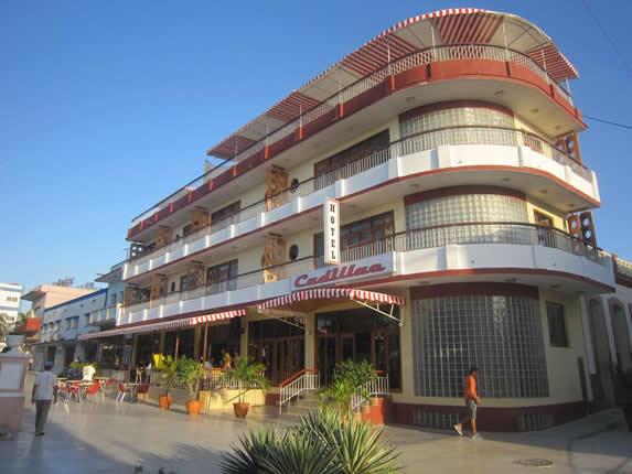 fachada de edificio de tres pisos y terraza
