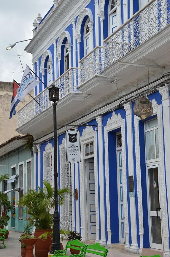 fachada de edificio colonial con balcones