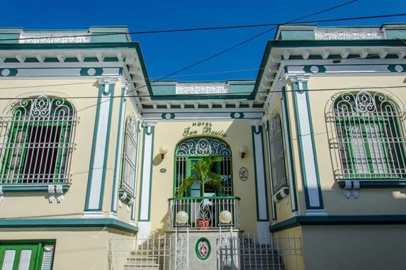 fachada colonial del hotel