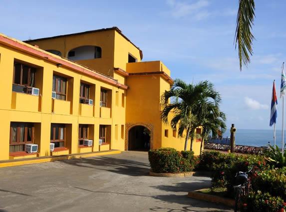 fachada amarilla del hotel