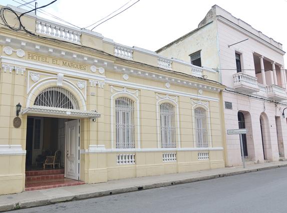fachada de edificio colonial con ventanas