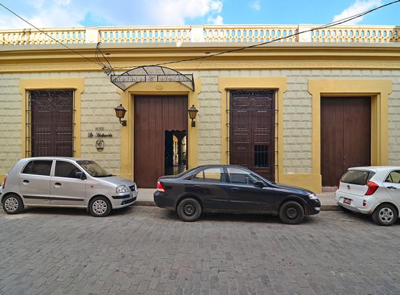fachada colonial con ventanas de madera