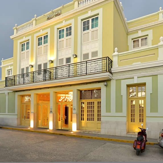 fachada de edificio colonial de color verde