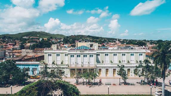 edificio colonial color verde junto a parque