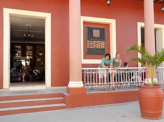 turistas a la entrada del hotel