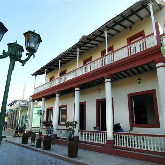 fachada de edificio colonial bajo el cielo azul