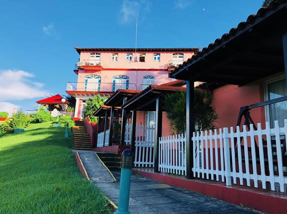 fachada del hotel rodeado de vegetación
