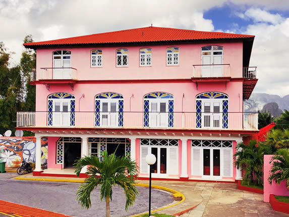 fachada del hotel con ventanas y vitrales