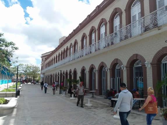 fachada colonial con balcones