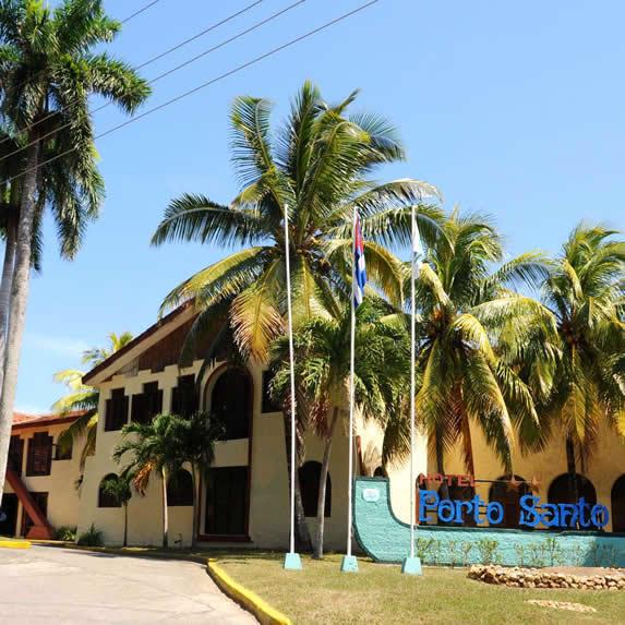 fachada del hotel rodeado de palmeras